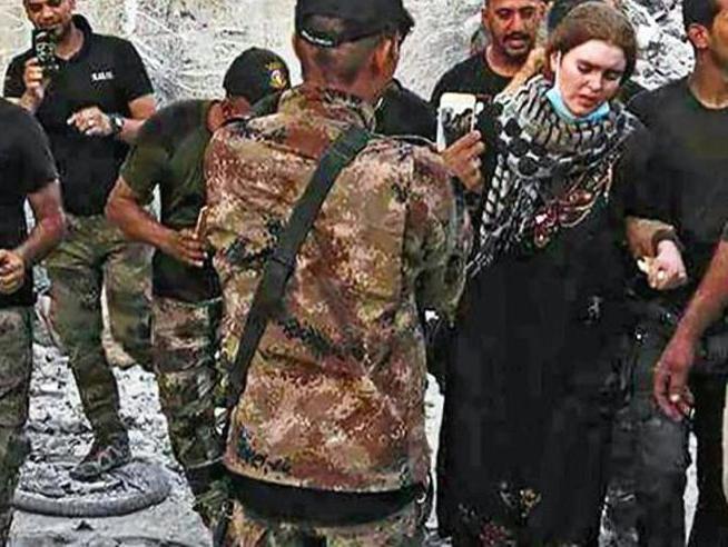 Linda,  la 16enne tedesca pentita di essere entrata nell'Isis. Il padre: torna