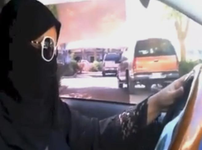 Arabia Saudita, le donne potranno prendere  patente e guidare l'auto